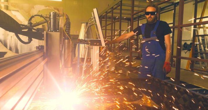 Schneiden, Formen und Schweissen in der Werkstatt bei Calibrox
