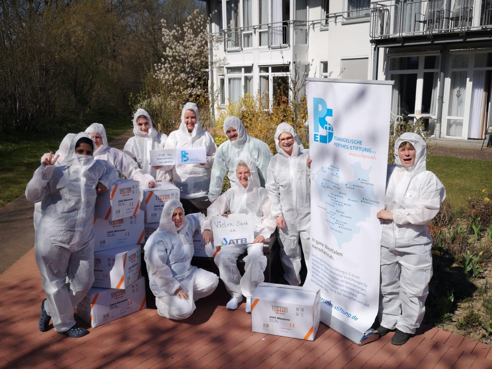 ATB hilft Altenheim - Personen in Schutzausrüstung