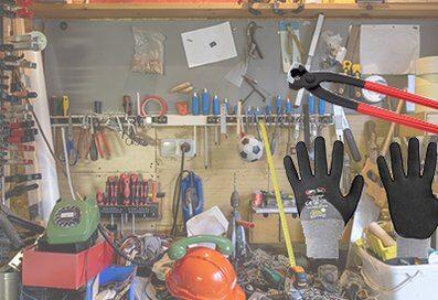 Werkzeuge wie Schraubezieher, Helme, Schutzhandschuhe