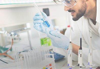 Mann experimentiert mit Laborzubehör