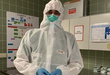 Person mit Schutzkleidung im Krankenhaus